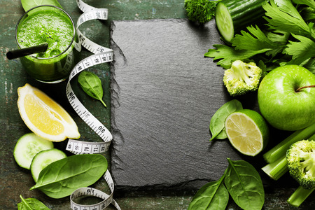 Verdure fresche e frullato epoca su sfondo - detox, dieta o cibo sano concetto