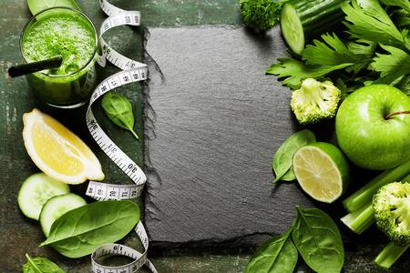 Verse groene groenten en smoothie op vintage achtergrond - detox, dieet of gezond voedsel concept Stockfoto