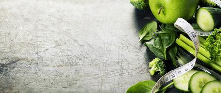 해독, 다이어트 또는 건강 식품 개념 - 빈티지 배경에 신선한 녹색 야채