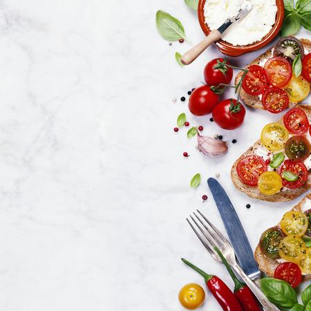 재료와 토마토와 바질 샌드위치 - 이태리 식, 채식 또는 건강 식품 개념