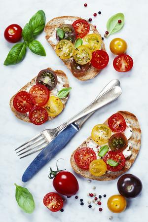 Sándwiches de tomate y albahaca con ingredientes - Concepto de comida italiana, vegetariana o saludable Foto de archivo - 43491629
