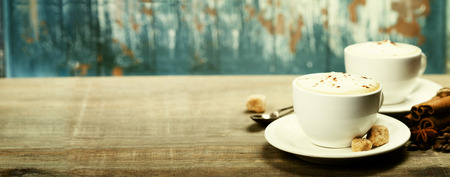 Két csésze kávé régi fából készült asztal