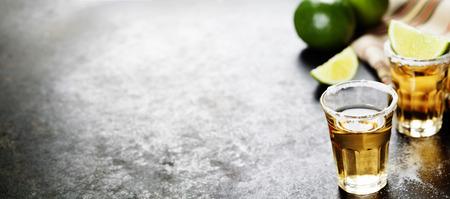 龍舌蘭酒與石灰和鹽的質樸的背景