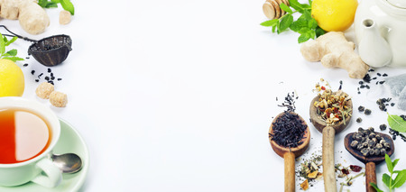 jengibre: Té con menta, jengibre y limón sobre fondo blanco