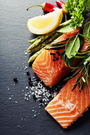 dieta saludable: deliciosa porción de filete de salmón fresco con las hierbas aromáticas, especias y verduras - comida sana, la dieta o el concepto de la cocina