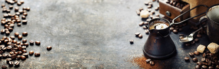 古老的咖啡壺和工廠在黑暗的背景土氣 版權商用圖片