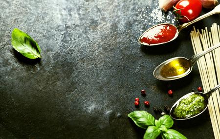 aceite de oliva: Tomato sauce, olive oil, pesto and pasta - Traditional Italian cooking