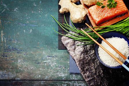 Asiatisches Essen Hintergrund (thaditional Sushi-Zutaten) Standard-Bild - 44247061