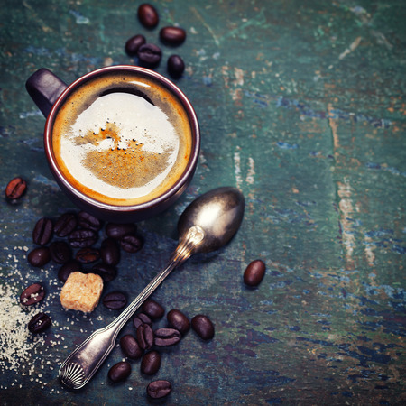 Composición del café sobre fondo oscuro