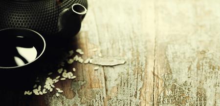 chinesisch essen: Paar Stäbchen auf rustikalem Holzuntergrund