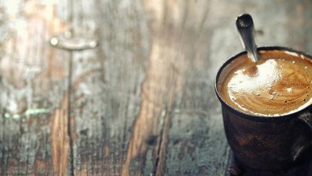 暗い素朴な背景に古いコーヒー カップ
