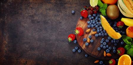 Früchte auf Marmor Hintergrund. Sommer oder Frühlings-Bio-Obst. Landwirtschaft, Gartenbau, Ernte-Konzept Standard-Bild - 44932550