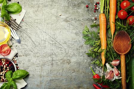 étel: Fakanállal és összetevők régi háttérben. Vegetáriánus ételek, egészségi vagy főzés fogalma.