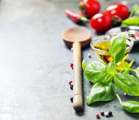 Cuchara de madera y los ingredientes en el fondo antiguo. Comida vegetariana, la salud o el concepto de cocina.
