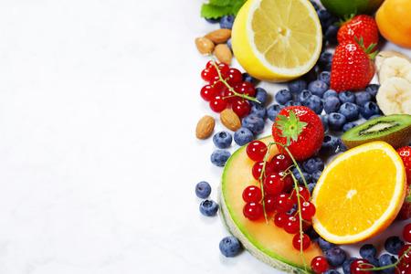 jugo de frutas: Frutas en el Fondo de mármol. Verano o primavera orgánicos Frutas. Agricultura, Jardinería, Cosecha Concepto