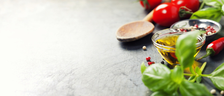 나무 숟가락과 오래 된 배경에 성분. 채식 음식, 건강, 요리 개념. 스톡 콘텐츠 - 45930081