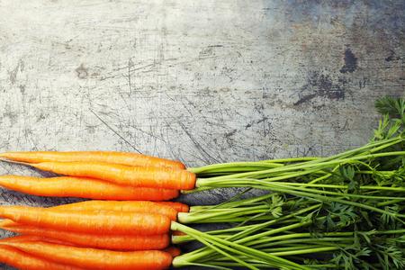 verduras verdes: Zanahorias en el fondo de metal viejo Foto de archivo