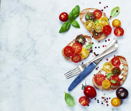 Tomaten und Basilikum-Sandwiches mit Zutaten - italienisch, vegetarisch oder Gesunde Lebensmittel-Konzept Standard-Bild - 46499077