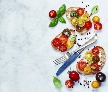 Tomato and basil sandwiches with ingredients - Italian, Vegetarian or Healthy food concept Imagens