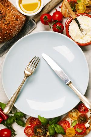 comida italiana: Tomate y albahaca bocadillos con ingredientes - italiano, concepto Comida vegetariana o saludable Foto de archivo