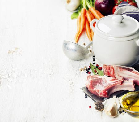 Verdure crude e carne fissati con erbe e spezie, ingredienti per il brodo o zuppa, sfondo di cibo