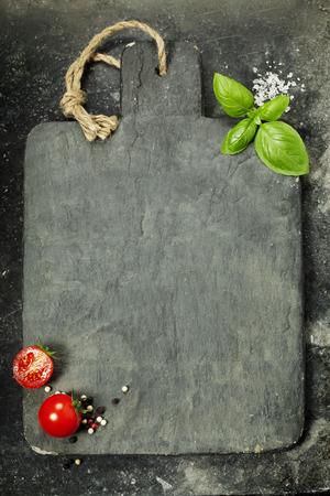 Tarjeta de corte de la vendimia y los ingredientes frescos - Cocina, Comida sana o concepto Vegetariana Foto de archivo - 46945767