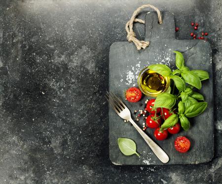 comida italiana: tablero de la vendimia de corte y los ingredientes frescos - Cocina, comida italiana, Comida sana o concepto Vegetariana Foto de archivo
