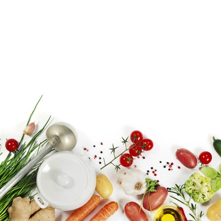 fondo blanco: Ingredientes para la vista soup.Top. Alimentos Bio Saludable. Vegetales orgánicos.