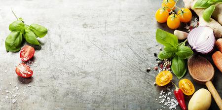 Colher de madeira e os ingredientes no fundo de idade. comida vegetariana, saúde ou conceito cozinhar. da disposição do fundo com espaço de texto livre.