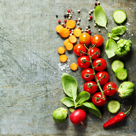 素朴な背景に新鮮な有機野菜。健康食品。ベジタリアン食。庭から新鮮な収穫。フリー テキスト スペースの背景のレイアウト。
