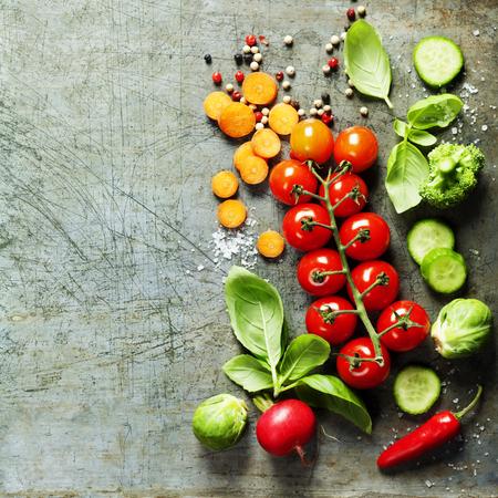 vegetales orgánicos frescos en el fondo rústico. Comida sana. alimentación vegetariana. Cosecha fresca desde el jardín. la disposición del fondo con el espacio de texto libre. Foto de archivo