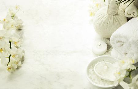 스파 배경 (흰색 난초, 허브 압축 우표, 바다 소금, 수건, 마사지 돌)