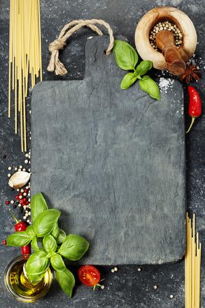 Tarjeta de corte de la vendimia y los ingredientes frescos - Cocina, Comida sana o concepto Vegetariana