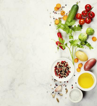 Diverse kleurrijke kruiden en groenten op marmeren tafel. Bio Gezonde voeding, kruiden en specerijen. Organische groenten. Vegetarisch eten. Achtergrond lay-out met vrije tekst ruimte.