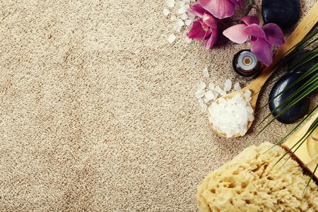 Spa Hintergrund (rosa Orchidee, Kräuterstempel Briefmarken, Meersalz, Handtuch und Steine ??Massage)