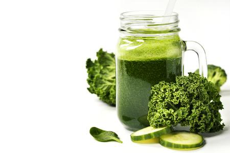 健康的綠色冰沙和白色成分 - 保健品,排毒,飲食,健康,素食的理念。背景佈局自由文本空間。