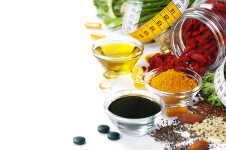 代替自然医学です。栄養補助食品します。スピルリナ、ウコンと白い背景のオーガニック オイル。スーパー フード、デトックスやダイエットのコン