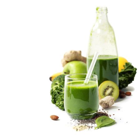 Gezonde groene smoothie en ingrediënten op wit - superfoods, detox, dieet, gezondheid, vegetarisch voedsel concept Stockfoto