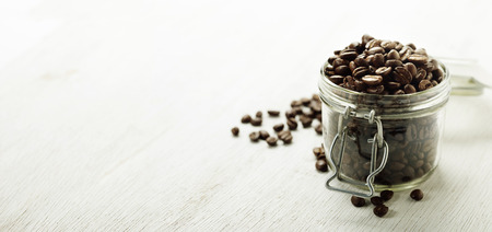 grano de cafe: Gran frasco de vidrio lleno de granos de café