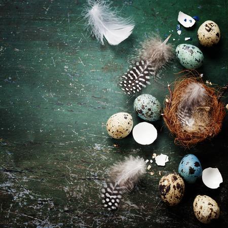 素朴な木製の背景に巣と卵イースター組成