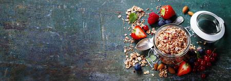 muesli의 건강 한 아침 식사, 요구르트와 씨앗 어두운 배경에 열매 - 건강 식품, 다이어트, 해독, 청소 식사 나 채식 개념입니다. 스톡 콘텐츠