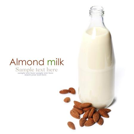 Le lait d'amandes dans une bouteille en verre sur fond blanc Banque d'images