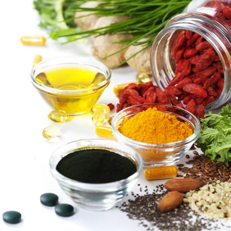代替自然医学です。栄養補助食品します。スピルリナ、ウコンと白い背景のオーガニック オイル。スーパー フード、デトックスやダイエットの概念