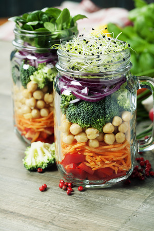 ensalada verde: Ensalada sana hecha en casa del tarro Mason con garbanzos y verduras - La comida sana, dieta, desintoxicación, limpio Comer o concepto Vegetariana Foto de archivo