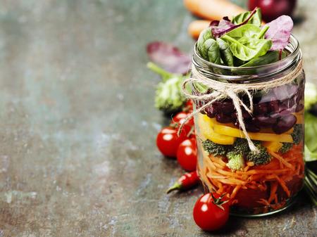 Zdrowa Homemade Mason Jar Sałatka z fasolą i warzywami - zdrowa żywność, diety, Detox, Clean Eating lub Wegetariańska koncepcja