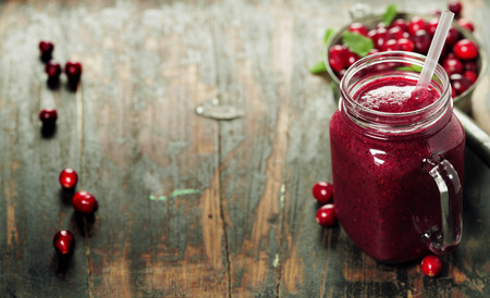 Cranberry smoothie on rustic wooden background - Healthy eating, Detox or Diet concept Banque d'images