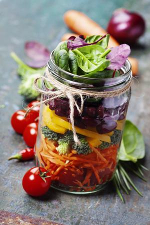 ヘルシー自家製石工の瓶サラダ豆と野菜 - 健康食品、ダイエット、デトックス、きれいな食事や菜食主義の概念