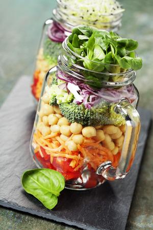 dieta sana: Ensalada sana hecha en casa del tarro Mason con garbanzos y verduras - La comida sana, dieta, desintoxicación, limpio Comer o concepto Vegetariana Foto de archivo