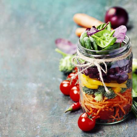 Ensalada sana hecha en casa del tarro Mason con las habas y verduras - La comida sana, dieta, desintoxicación, comer limpio o concepto Vegetariana