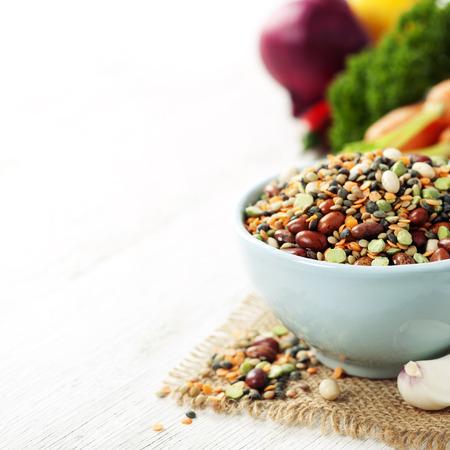comidas saludables: Mezcla de frijol rojo, lentejas, guisantes y garbanzos con verduras en blanco